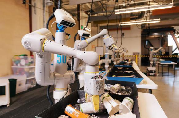 Самообучающийся робот пока тренируется на мусоре