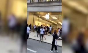 Протестующие разграбили магазин Apple в Филадельфии
