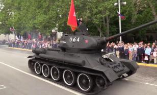 Советская военная машина собрала затор под мостом в Новосибирске