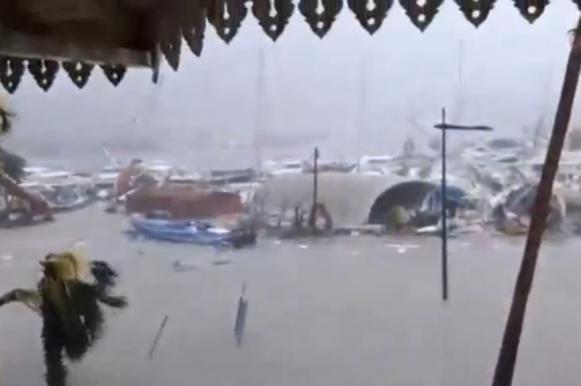 """Ураган """"Ирма"""" делает Карибы непригодными для жизни"""