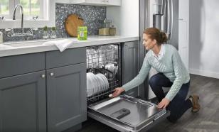 Блогерша разозлила подписчиков, показав лайфхак для мытья посуды