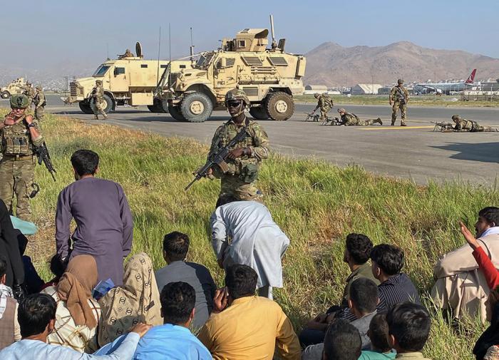 """""""Стыдно"""": британцы критикуют своих солдат, сбежавших от талибов* в Афганистане"""