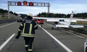 В Хорватии спортивный самолет сел на дорогу