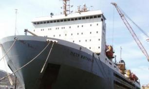 Остававшихся на горящем у Южных Курил судне людей эвакуируют самолетом