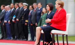 Канцлер Германии и премьер-министр Молдавии выслушали гимны стран сидя