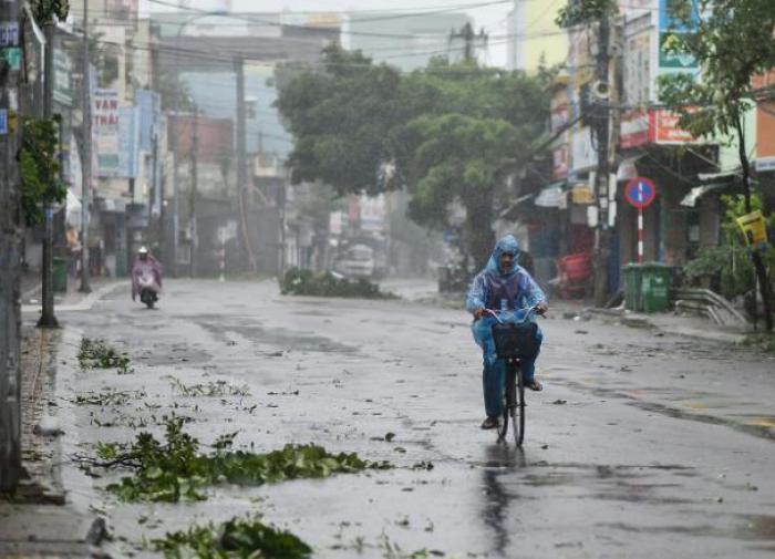 """Миллионы пострадавших: во Вьетнаме свирепствует тайфун """"Молаве"""""""
