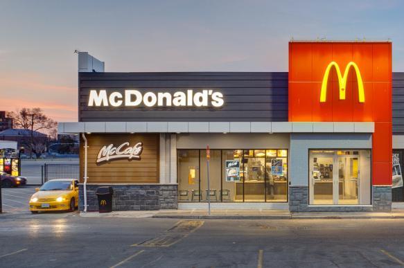 """Сети """"Макдоналдс"""" в США угрожает скандал в связи с домогательствами к сотрудницам"""