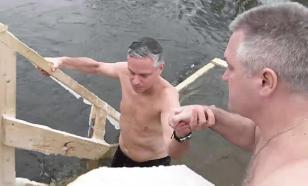 Медики: кому противопоказано купаться в проруби