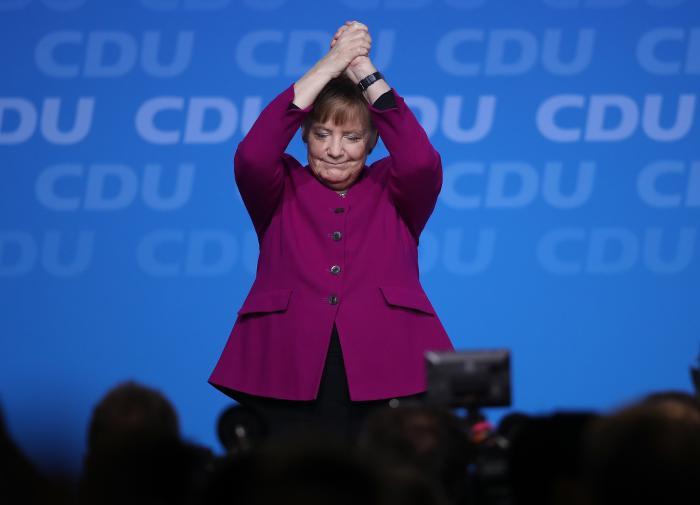 """Эксперт: Меркель уходит с поста канцлера не """"хромой уткой"""", а """"тяжеловесом"""""""