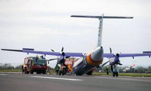 Пилот-ас смог посадить в Белфасте самолет без переднего шасси. Видео