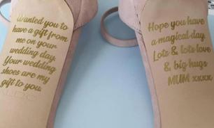Умершая мать британки оставила ей послание на свадебных туфлях