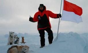 Над Северным полюсом поднят флаг Монако