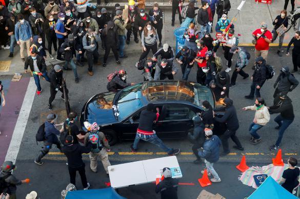 Автомобиль протаранил толпу протестующих в США