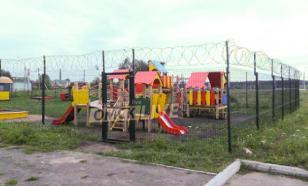 В Омске детскую площадку спрятали за высоким колючим забором