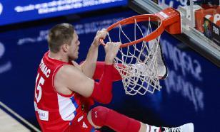 Болельщик ЦСКА выиграл 1 млн рублей, забросив с середины площадки