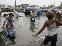 Тайфун прогнал из домов десятки тысяч филиппинцев.