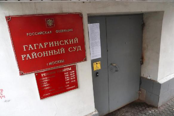 Участницу нападения на жену депутата суд отправил под домашний арест