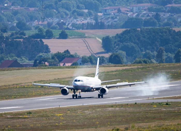 Неадекватную пассажирку в самолёте связали скотчем