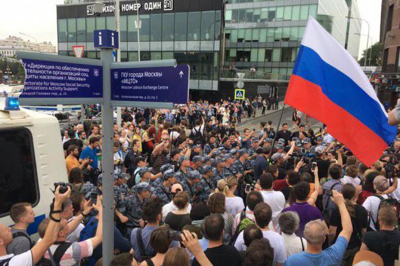 Полиция задержала более 200 участников акции в центре Москвы