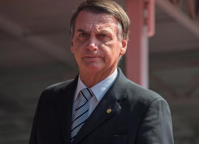 """Президент Бразилии обедал в США на улице из-за отсутствия прививки от """"ковида"""""""
