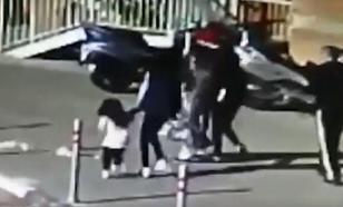 В Красногорске на маленькую девочку упал тяжелый мусорный пакет