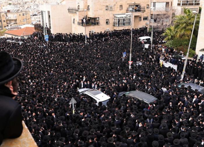 Тысячи евреев пришли почтить память умершего от COVID-19 раввина