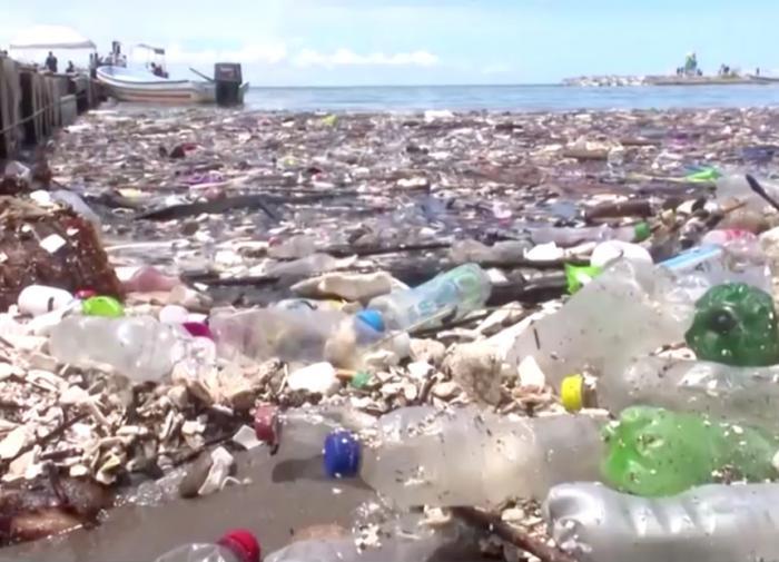 Гватемала затопила пляжи Гондураса тоннами мусора