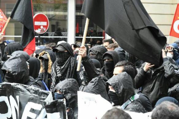 """""""Черный блок"""" поджигает машины в центре Парижа"""