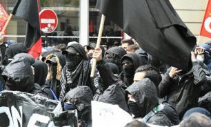 """Члены движения """"Черный блок"""" поджигают машины в центре Парижа"""
