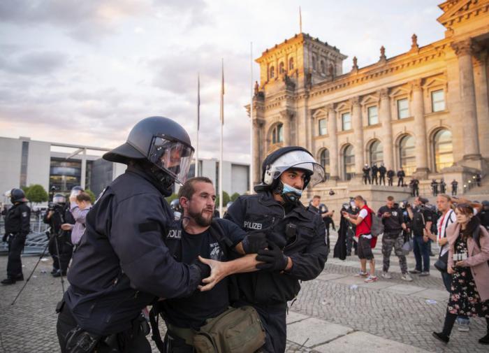 Немецкие политики в ярости: как народ в Берлине посмел протестовать!