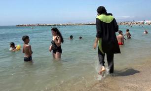 На пляже в Ницце полицейские раздели мусульманку