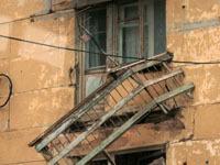 Балконы рухнули от ветхости в якутской пятиэтажке.