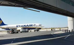 Женщина напала на сотрудницу аэропорта из-за теста на COVID-19