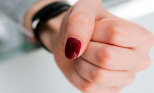 На Урале 16-летняя школьница избивает учеников младших классов