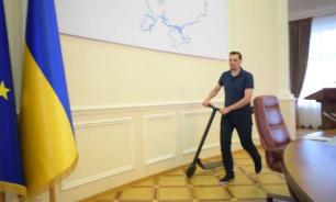 Украинский премьер катался на самокате по зданию правительства