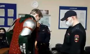 На незаконной акции в Волгограде задержали рыцаря в доспехах