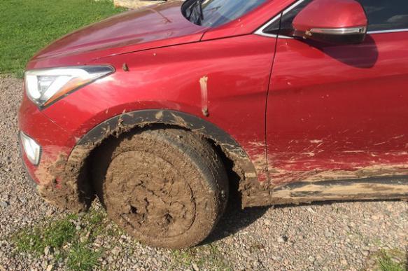 Автомобиль посла Канады увяз в грязи на Украине