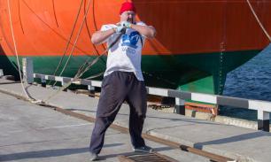 Приморский силач Иван Савкин отбуксировал судно весом 7 тысяч тонн