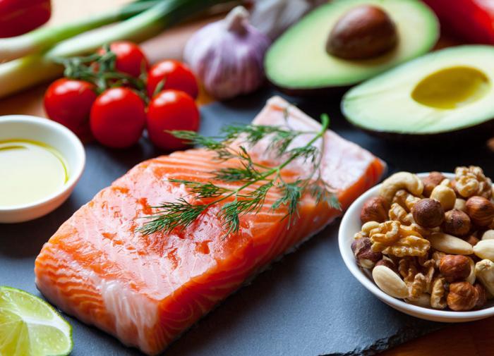 Почему люди едят больше, чем им нужно, объяснил психолог