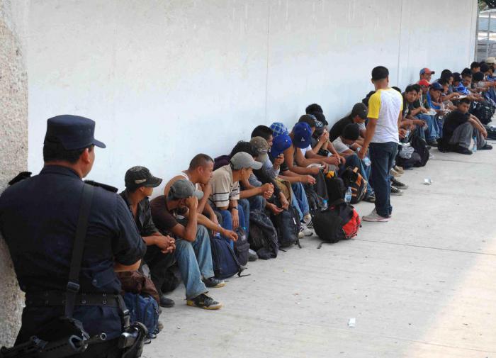 Около 16 тысяч мигрантов живут под мостом в Техасе