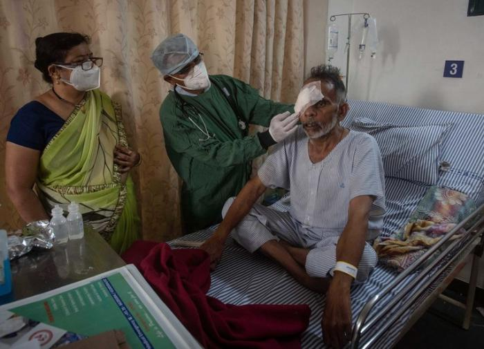 """В Индии новая напасть: COVID-пациентов поражает """"желтый грибок"""""""