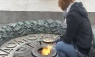 Жительницы Украины пожарили сосиски на Вечном огне