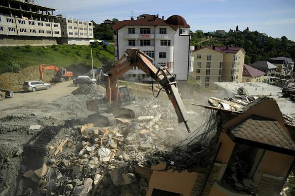 Признанный самостроем дом на 48 квартир в Сочи начали сносить