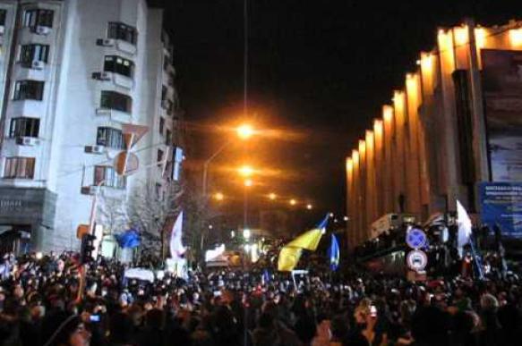 «Вова, выходи!» - кричали радикалы в Киеве у офиса президента
