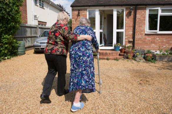 Из-за смертности в домах престарелых Британии стариков забирают домой