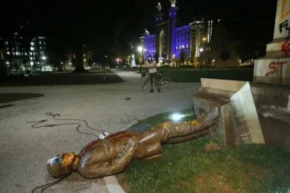 В США протестующие снесли памятник генералу Гражданской войны