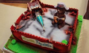 """Министру Украины подарили торт """"Руины Кремля"""""""