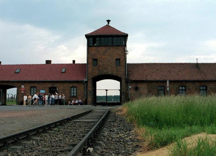 Вандалы обезобразили стены мемориала Освенцима антисемитскими лозунгами