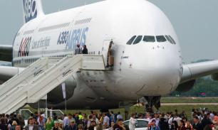 Гигантский самолет экстренно сел в Новосибирске из-за заболевшего пассажира.