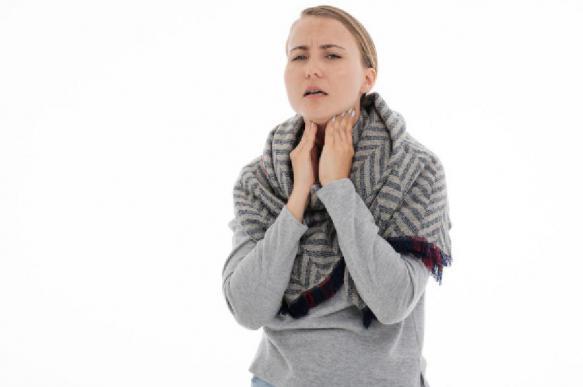 Отоларинголог назвал основные ошибки при лечении горла